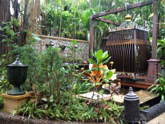 The Baray Villa: Walking around the grounds
