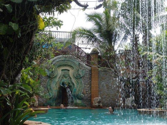 The Baray Villa: falling water near the pool