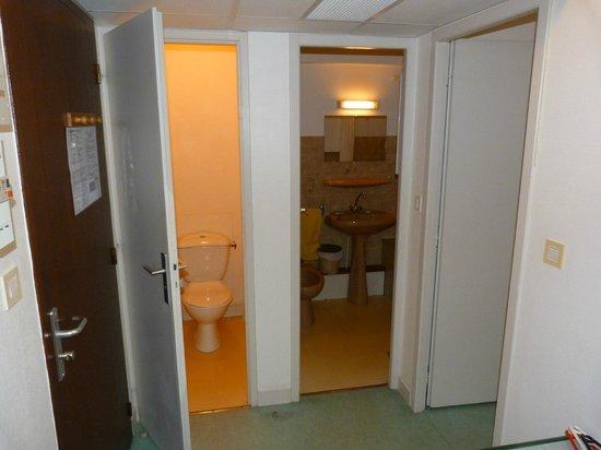 Espace Thermal : Vue Salle de bain+ WC+ à droite entrée chambre à gauche entrée studio