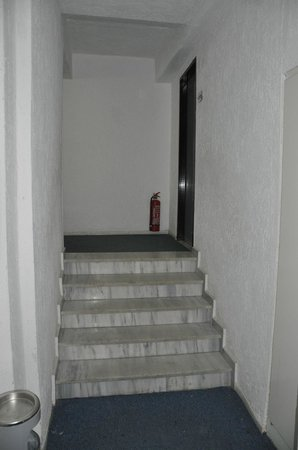 Hersonissos Palace Hotel: Another flight of stairs lugging luggage