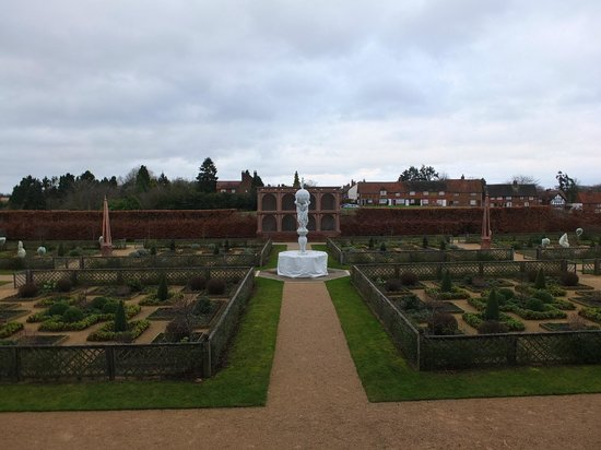 Kenilworth Castle : Elisabethan garden & aviary