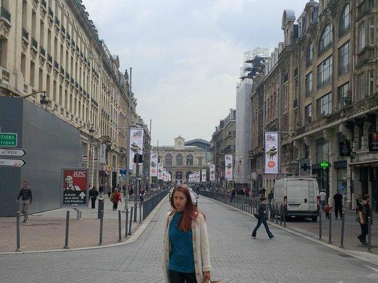 Mercure Lille Centre Grand Place : Lille Flandres station (closest) in de distance