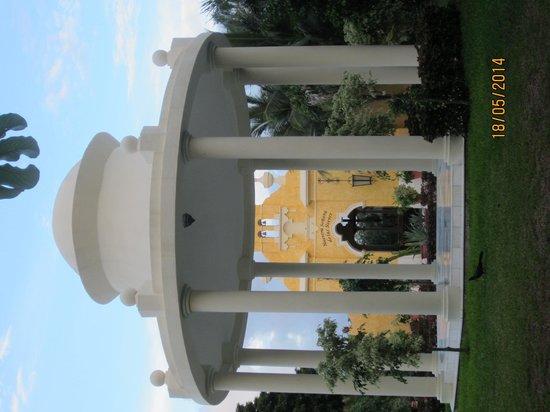 Grand Palladium Colonial Resort & Spa: La iglesia de Hotel