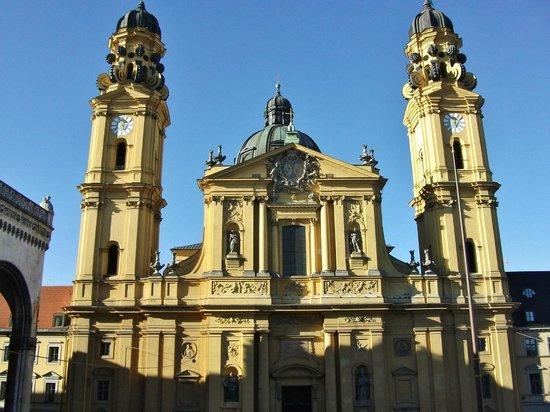 Theatinerkirche St. Kajetan: Вид из Резиденции