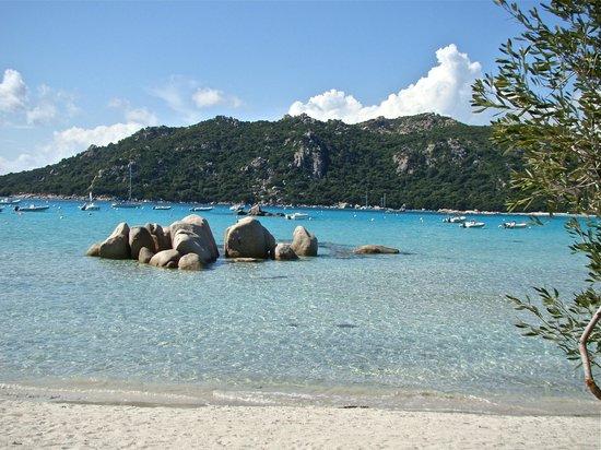 Les Trois Deux: vue de la baie de santa giulia de la plage