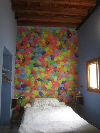 """White Nest Hostel Granada: Вот такой милый номер (почему-то """"кверх ногами"""")))"""
