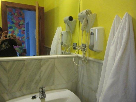 White Nest Hostel Granada: Аксессуары в ванной