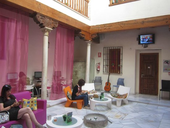 White Nest Hostel Granada: Патио в отеле