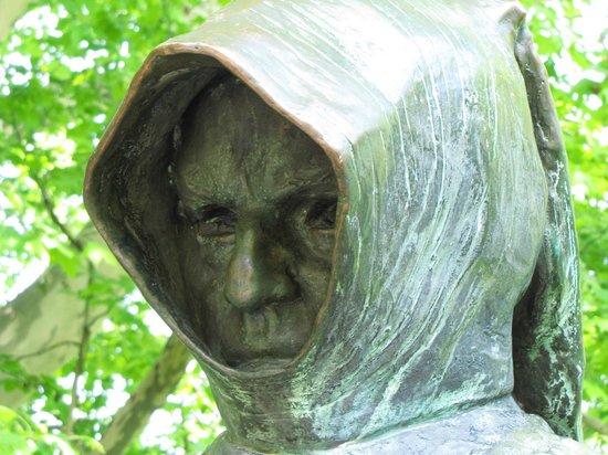 Anonymus Szobor (Anonymous' Statue): sguardo severo