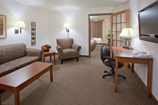 Expressway Suites of Fargo: Two Room Suite Living Area