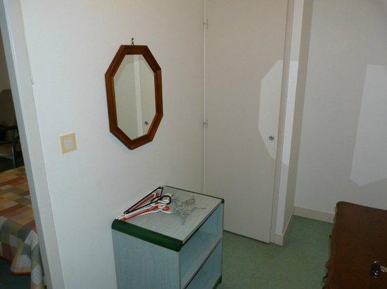 Espace Thermal : Entrée avec placard+meuble rangement+ glace
