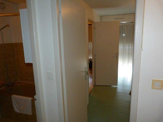 Espace Thermal : Entrée vue accés SdB à gauche +chambre+cuisine au fond