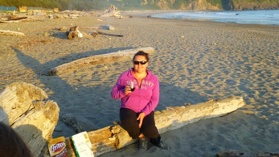 Quileute Oceanside Resort: Having a fire & drinking wine on the beach