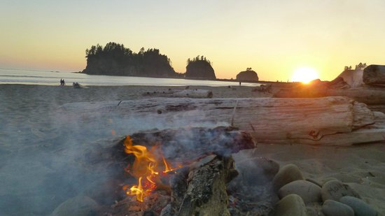 Quileute Oceanside Resort: Fire on the beach at Sunset