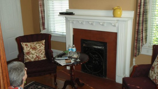 Antebellum Inn: The sitting area of our room with large TV above the fireplace