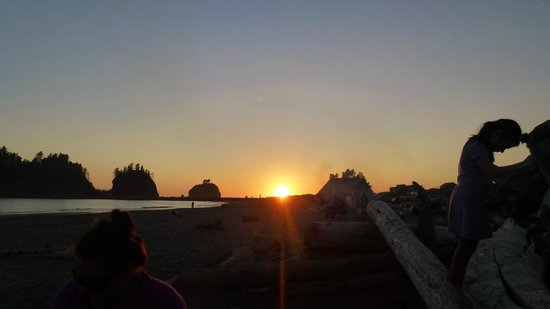 Quileute Oceanside Resort: Sunset on the beach
