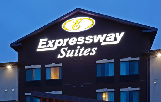 Expressway Suites of Grand Forks: Evening Exterior