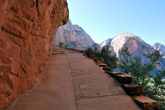 "Angel's Landing : Along the ""steep"" path"