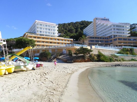 Sirenis Cala Llonga Resort: View of hotel from the beach
