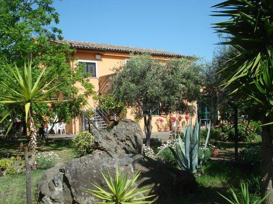 B&B Villa Maria Giovanna: Zicht vanuit de tuin