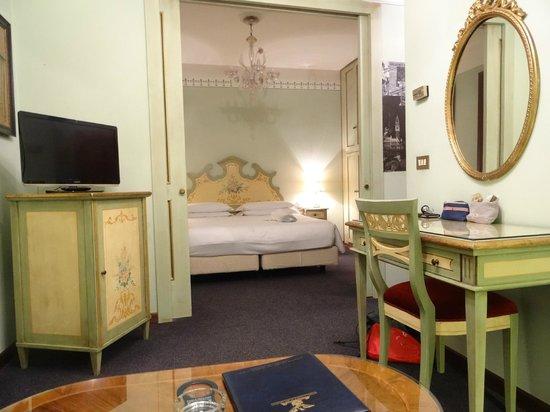 Hotel La Fenice Et Des Artistes : la chambre vue du salon