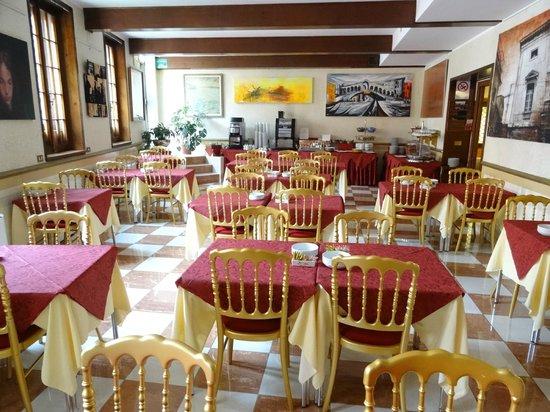 Hotel La Fenice Et Des Artistes : la salle à manger