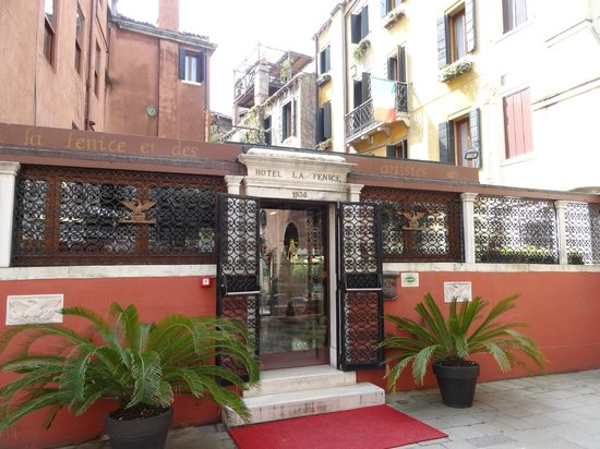 Hotel La Fenice Et Des Artistes : l'entrée de l'hôtel