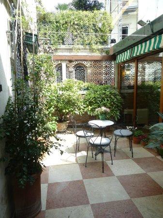 Hotel La Fenice Et Des Artistes: petite terrasse externe
