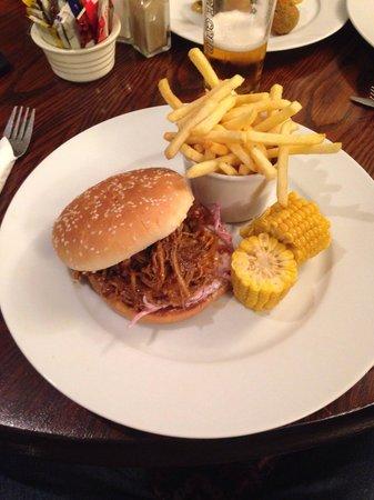 Black Swan Hotel: Pulled pork burger! Yummy!