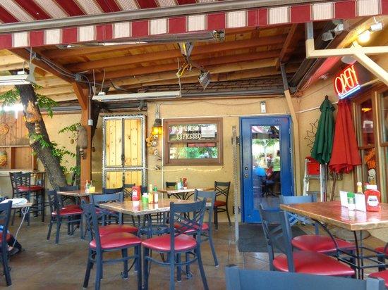 Oscar's Cafe: Covered patio.