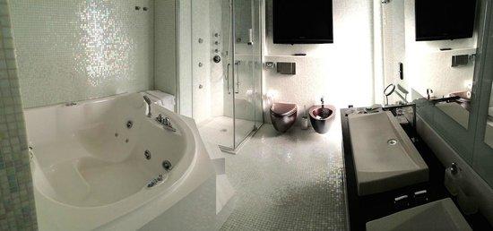 Hotel Damianii: Huge jacuzzi in bathroom