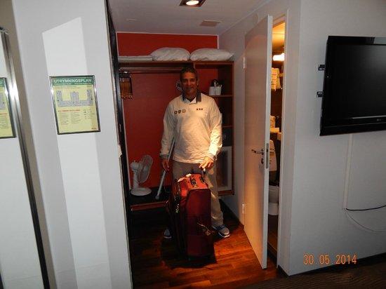 Clarion Hotel Amaranten: Espaço reduzido para malas, pude acomodar uma mala média no maleiro e pendurar roupas no cabidei