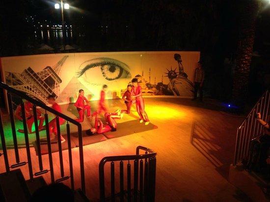 Royal Asarlik Beach: Chinese acrobats
