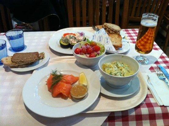 Tysta Mari: Salmón marinado. El precio incluye la ensalada, el pan y las patatas gratinadas