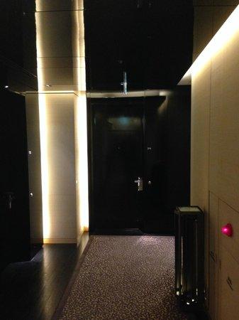 Four Seasons Hotel Tokyo at Marunouchi : Inside hotel