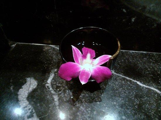 The Sukosol Hotel: Fleur dans chambre de bain