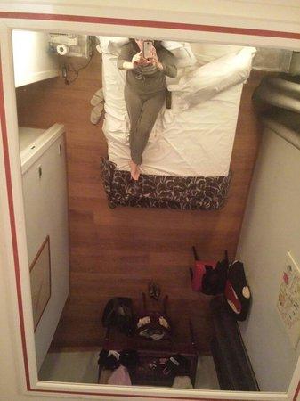 Relais Roma Centro: Dallo specchio sopra il letto
