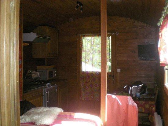 Camping le Reclus: coin cuisine et salle à manger bien équipés