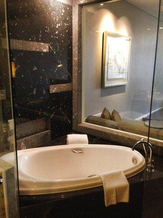 Ascott Raffles Place Singapore : Bathtub