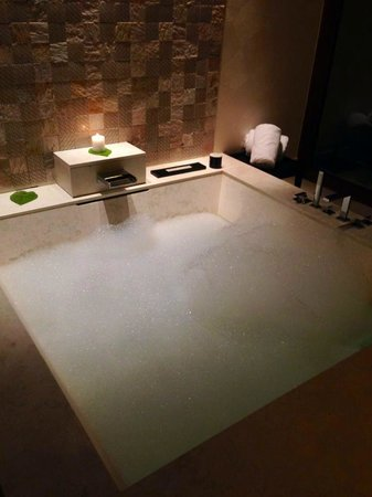 Jumeirah Dhevanafushi: A luxurious giant bath.