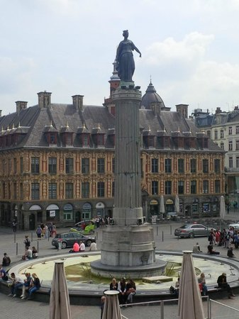 Grande place : Statue with Old stock exchange in background
