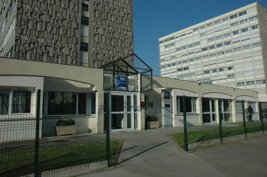 ibis budget Boulogne Sur Mer Centre les Ports : Main entrance, secured car park is to the right