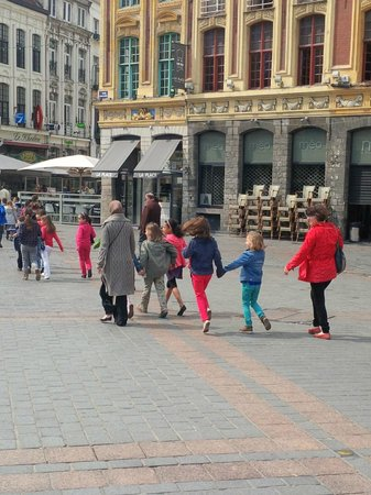 Grande place : School kids on trip
