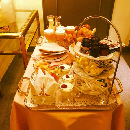 Der Europäische Hof Heidelberg: Bedroom breakfast.