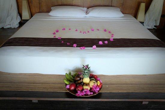 Desa Dunia Beda Beach Resort: Love bed