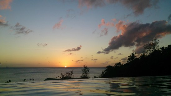 Calabash Cove Resort and Spa: Another gorgeous sunset from the pool