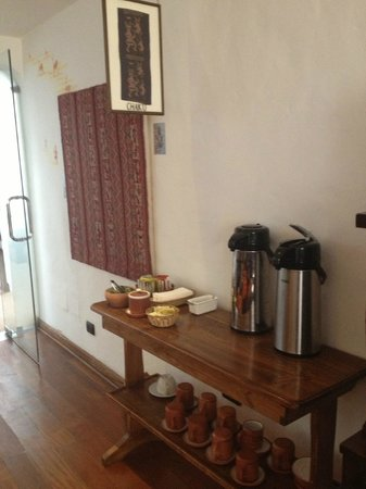 Casa San Blas Boutique: Lobby area - complimentary tea station