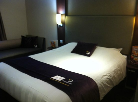 Premier Inn Exeter (M5 J29) Hotel: Bed and chaise longue
