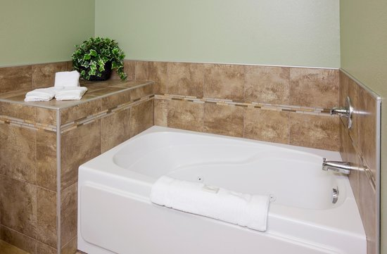 Expressway Suites of Grand Forks : King Jacuzzi Tub