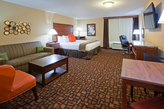 Expressway Suites of Grand Forks : King Jacuzzi Living Area